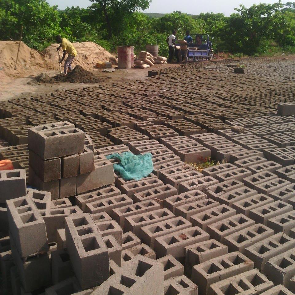 Produzione in loco di mattoni in cemento.