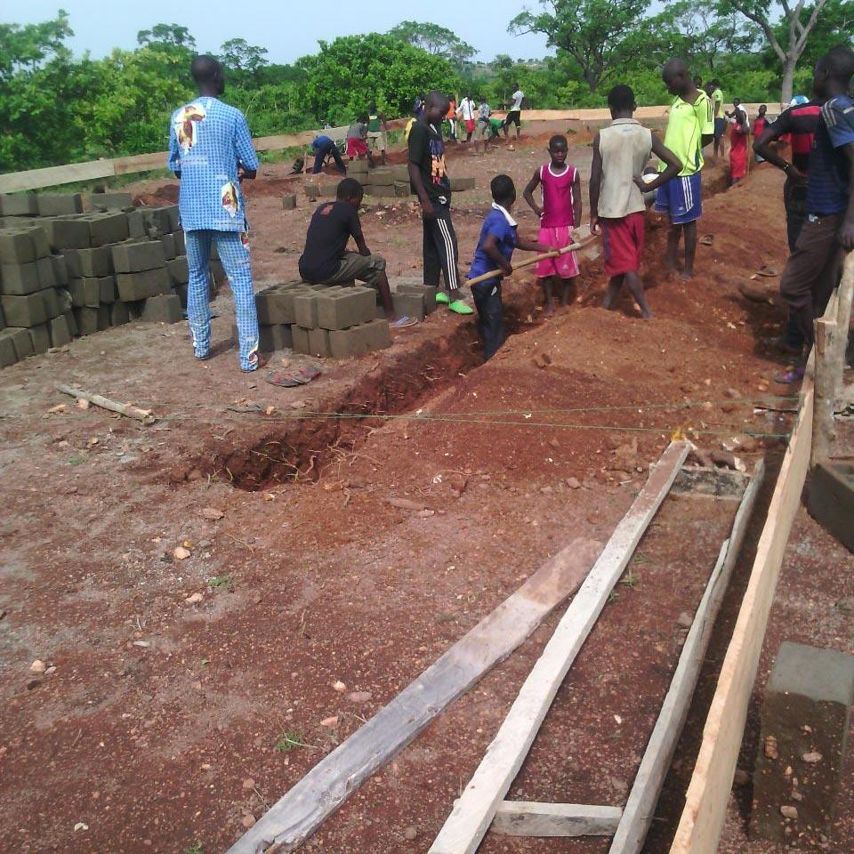 Lavori di scavo eseguiti in collaborazione da studenti, insegnanti ed operai.