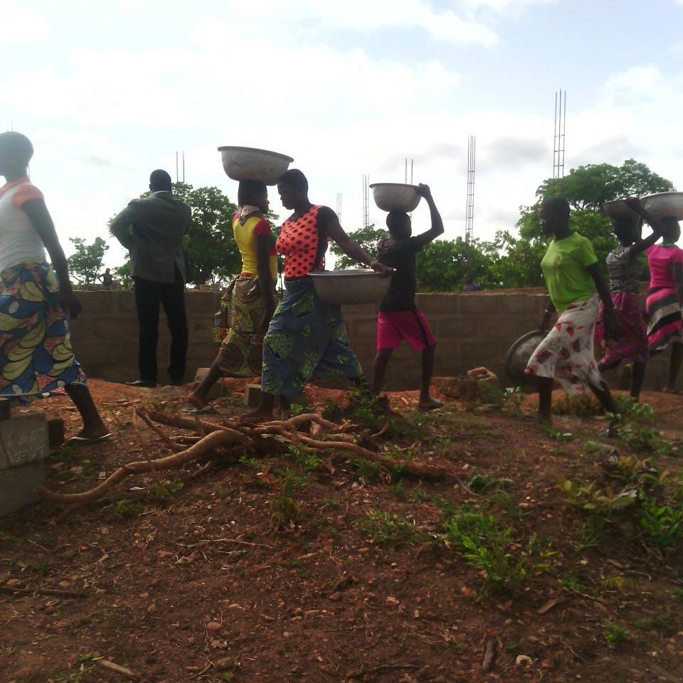 Le donne portano l'acqua per il cantiere.