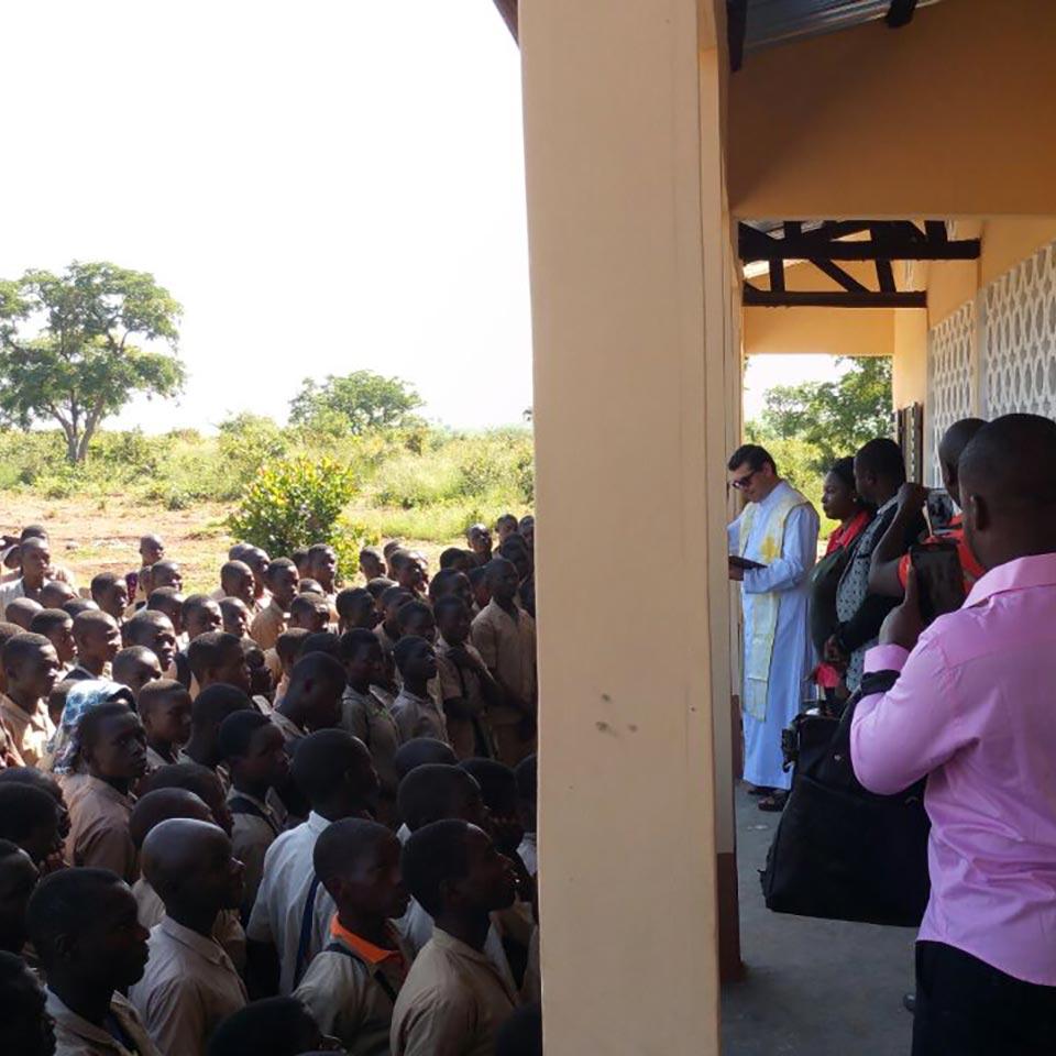 Benedizione dei locali da parte del parroco missionario fidei donum don Angelo Valente.